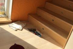 Lihvitud ja õlitamisel olev kasepuidust trepp. Kaetud õliga Rubio Monocoat, tooniga Pure.
